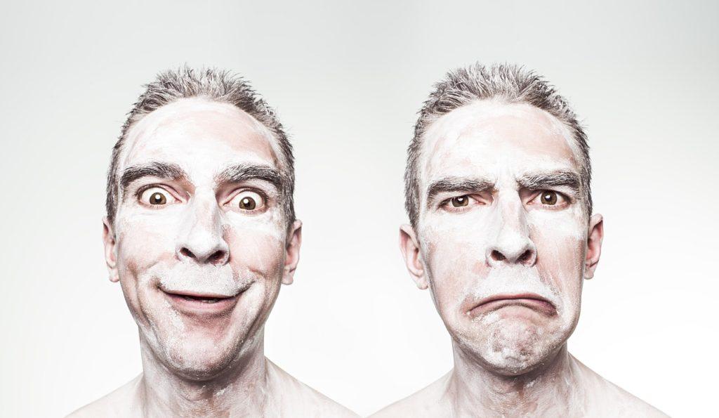 Visage d'un homme avec différentes émotions : content et triste
