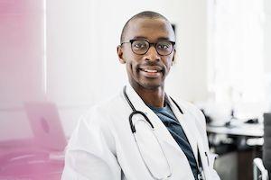 photo portrait profil doctolib médecin en blouse blanche